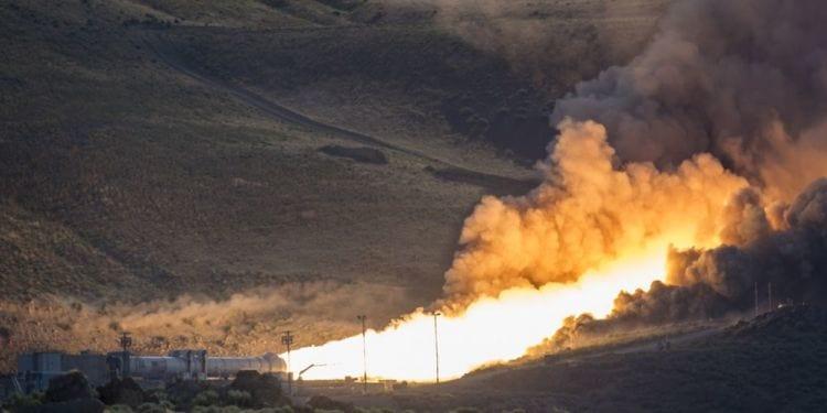 Nasa realiza teste de motor de foguete com transmissão em tempo real