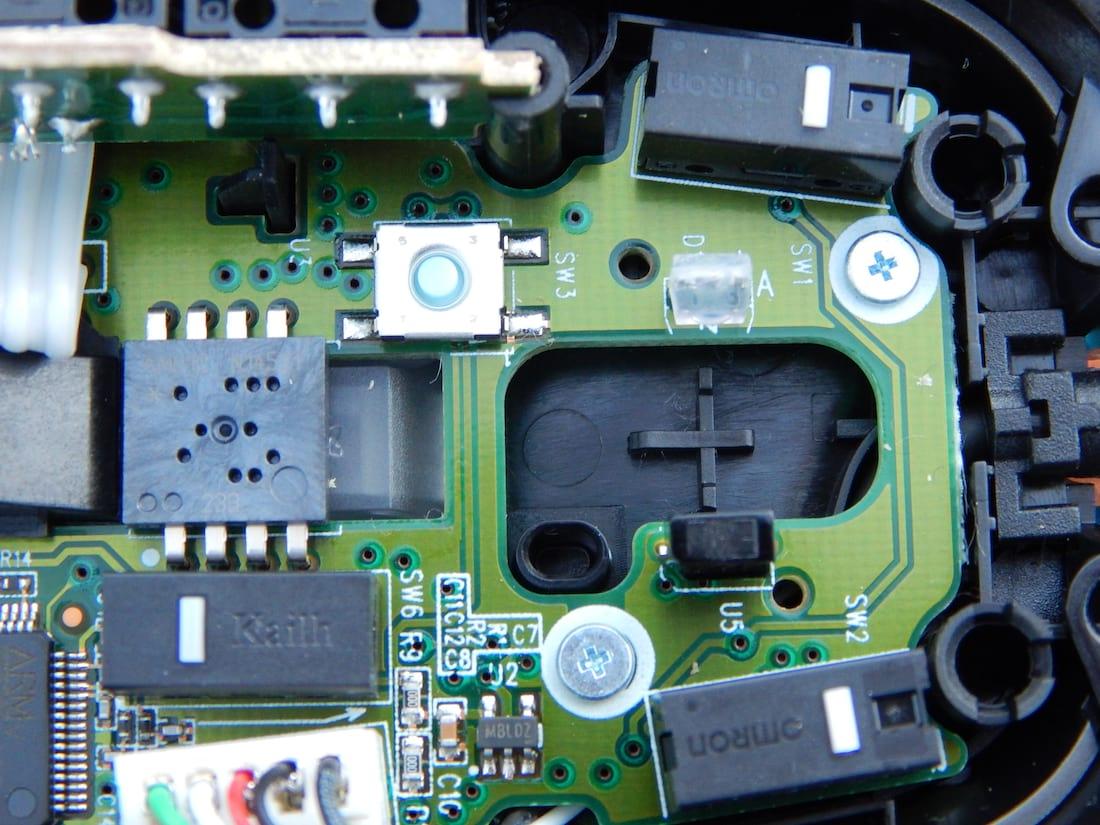 O codificador ótico são as duas peças na direita, o LED é transparente e o receptor é preto.