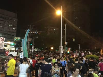 Na ca�a de Pok�mon, pra�as de Taiwan ficam repletas de jogadores