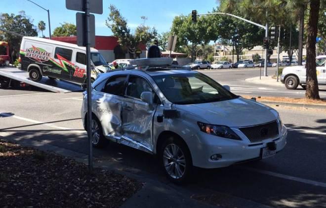 Carro autônomo do Google não conseguiu evitar a colisão. Van ultrapassou o sinal vermelho e colidiu na parte lateral do veículo do Google.
