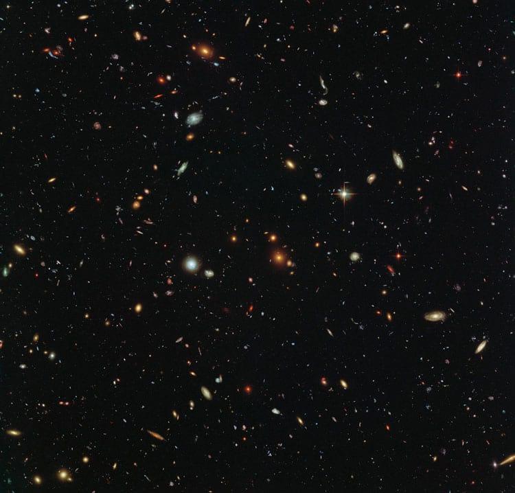 Cada um desses pontos é uma galáxia. Dentro de cada uma tem bilhares de estrelas e planetas