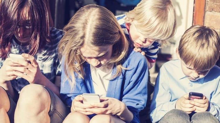 Uso de celular é comum entre crianças e adolescentes (Imagem: Reprodução Internet)