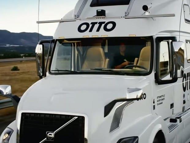 Caminhão que dirige sozinho transporta carga de cerveja