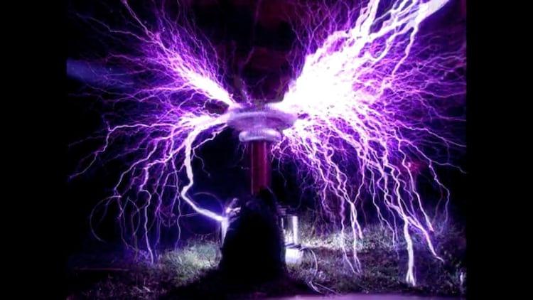 Bobina de Tesla produz raios (Imagem: Reprodução/ Internet)