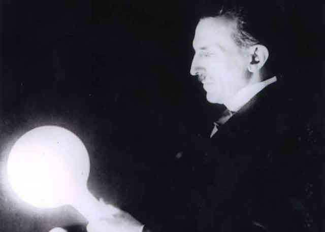 Tesla contribuiu para o desenvolvimento das lâmpadas fluorescentes (Imagem: Reprodução/Internet)