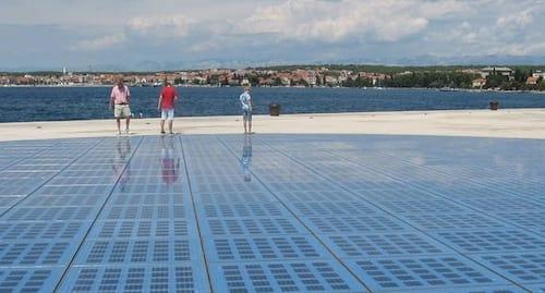 Startup transforma passarelas em painéis solares