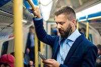 IBGE: Computador em queda e celular como principal meio de acesso à internet