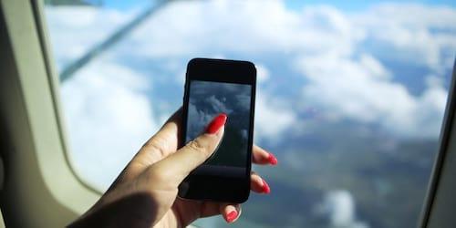 Passageiros acabam detidos por uso de celular em voo