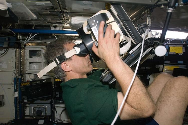 Exames como os da pressão ocular são feitos constantemente durante as missões