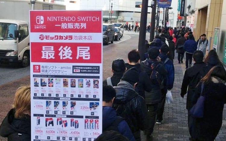 Filas se formam para comprar o Nintendo Switch no Japão