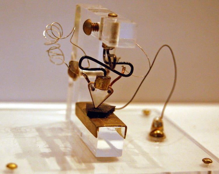 O primeiro transístor apresentado em 1947 na Bell Laboratories