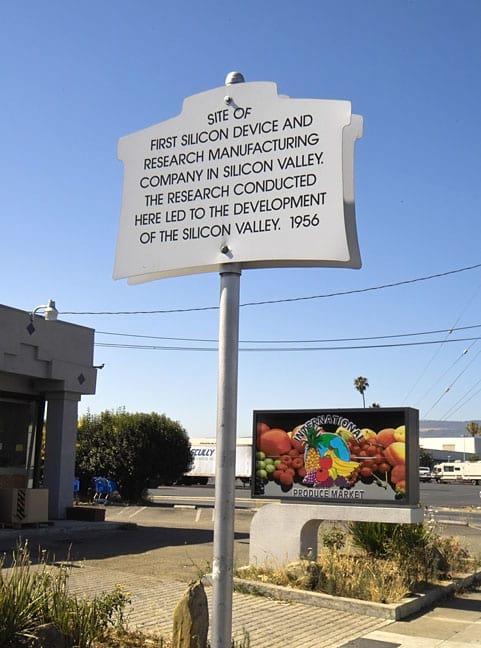 Uma placa mostra onde a empresainiciou as operações