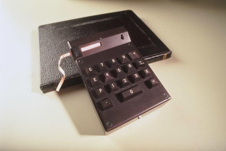 O primeiro – e ainda bastante rudimentar – circuito integrado apresentado, em 1958, na Texas Instruments
