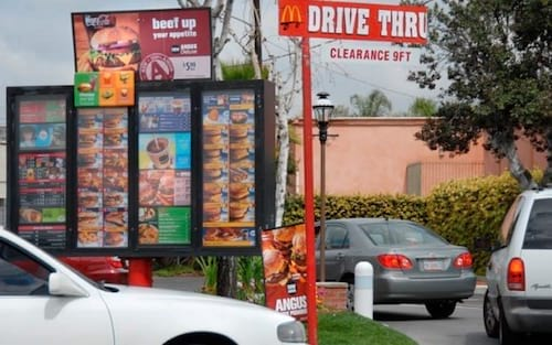 Após aprender a dirigir pelo YouTube, garoto de oito anos rouba carro do pai
