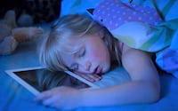 Crianças que utilizam tablets e smartphones dormem menos à noite