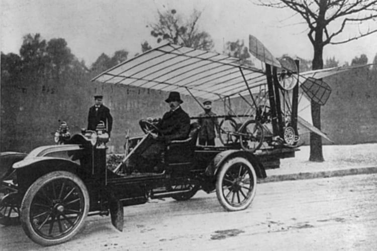 Santos Dumont transportando o Demoiselle