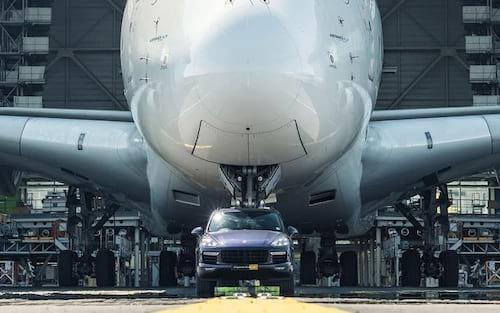 Airbus A380 é rebocado por Porsche Cayenne