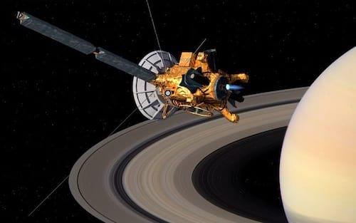 Cassini capta som entre os anéis de Saturno