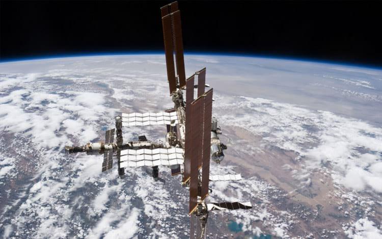 Astronautas fazem caminhada espacial de emergência para reparar computador