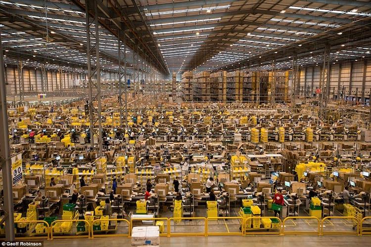 """Um dos """"pequenos"""" armazéns da Amazon"""