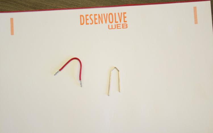 De preferência tente encapar o clipe, para não correr o risco de choque elétrico.