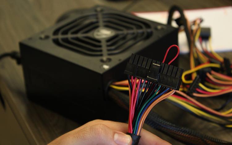 Ligue o fio verde com o preto, para que a fonte ligue, no momento que você coloque ela na tomada.