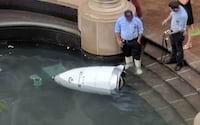 Robô-segurança desiste de trabalhar e resolve fazer um mergulho