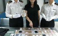 Mulher é presa na China carregando 102 iPhones e 15 relógios de luxo presos ao corpo