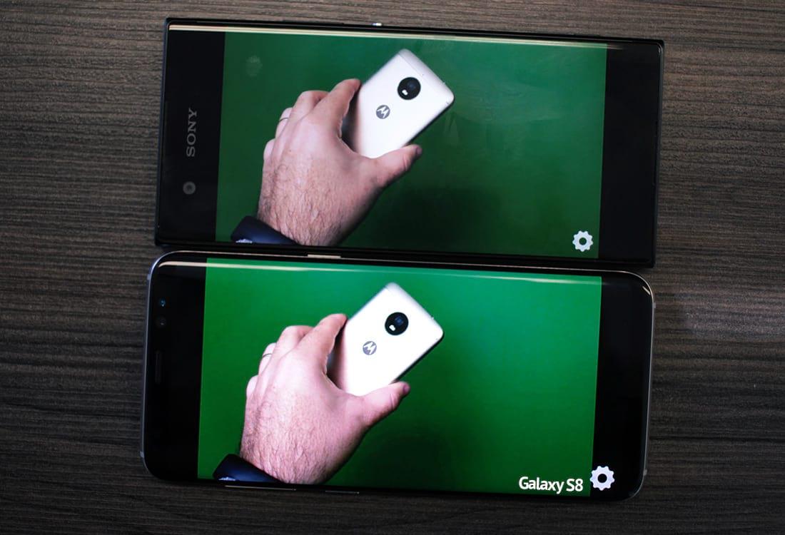 Os dois aparelhos com brilho no máximo, fica perceptível a diferença de iluminação.