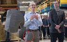 Tim Cook surge em foto com aparelho que pode ser o iPhone 8
