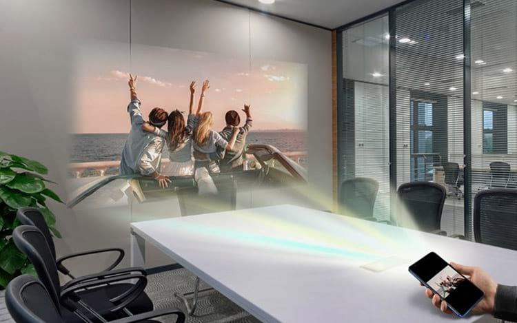 Smartphone da companhia conta com projetor a laser integrado