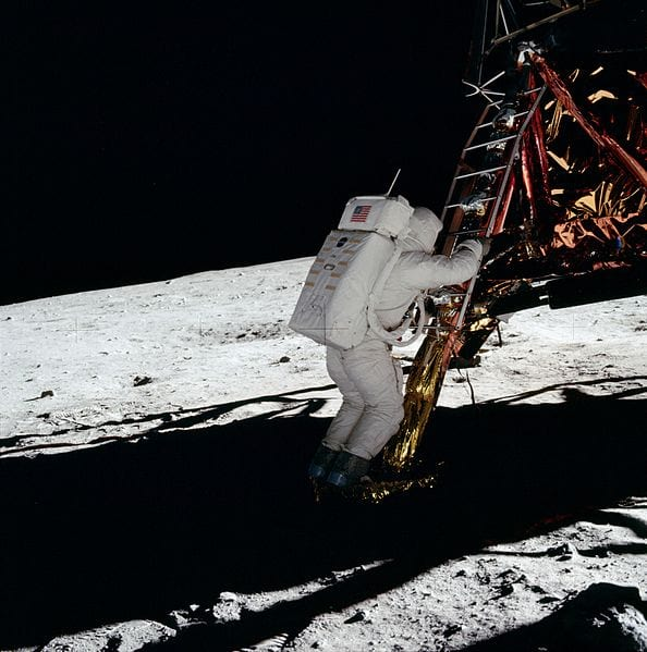 Astronauta está iluminado mesmo em um poço de escuridão