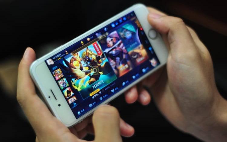 Jovem fica cega após passar várias horas jogando em seu smartphone