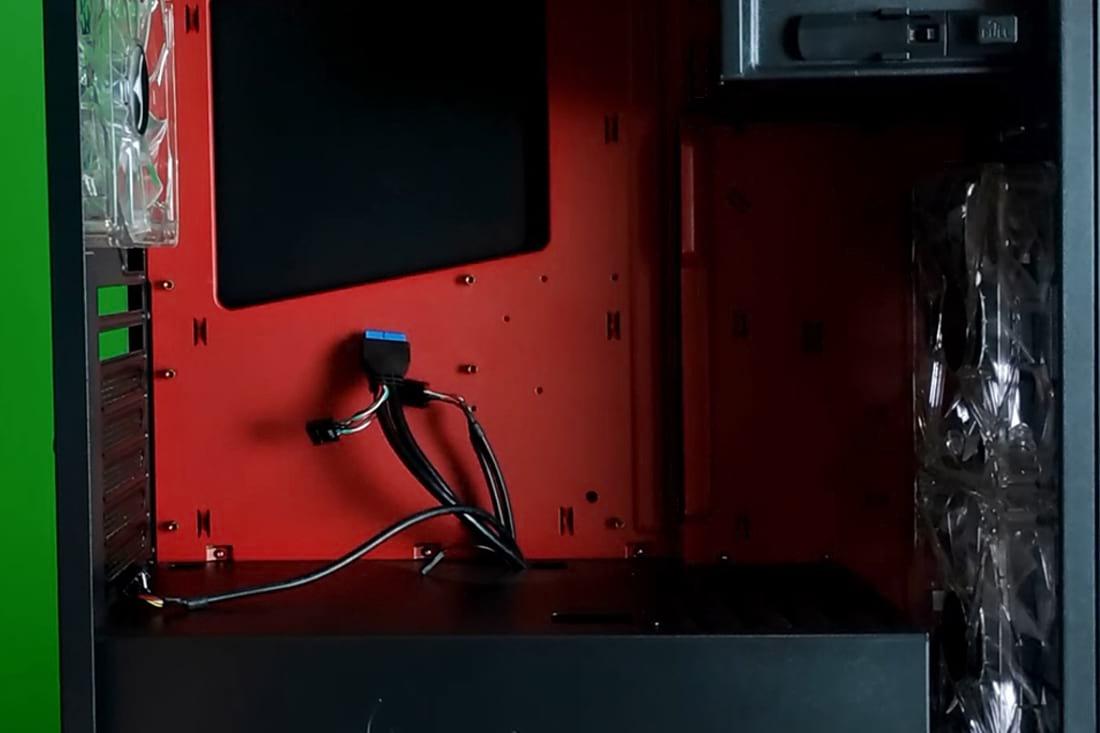 Espaço interno do gabinete.