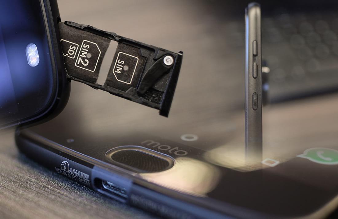 Gaveta para cartões SIM, USB e Botões laterais