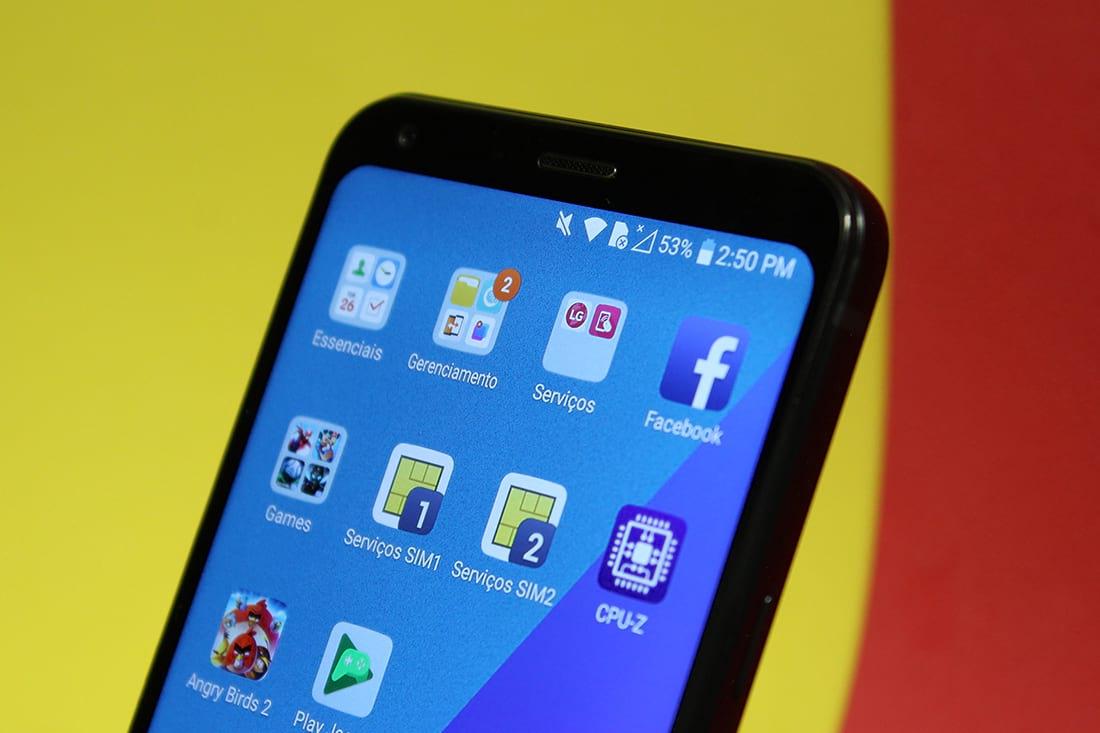 Smartphone não possui menu. Os aplicativos são distribuídos por pastas na tela.