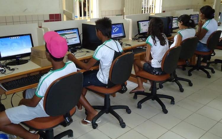 Governo Federal anuncia programa para levar internet mais rápida para escolas.