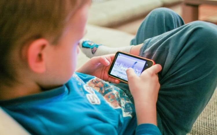 Estudo diz que smartphone não prejudica saúde mental das crianças.