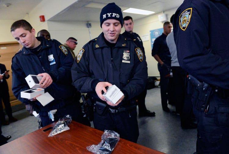 Policiais abrindo a caixinha do Iphone 7