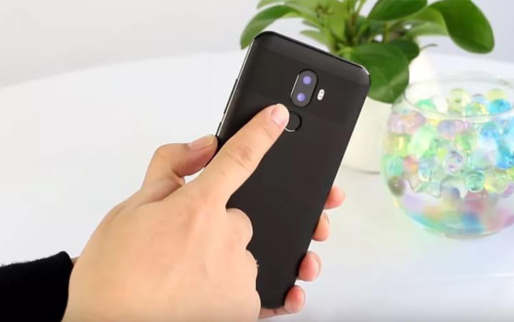 Parte traseira com câmera dupla e sensor de digitais, design traseiro não foi baseado no iPhone X.