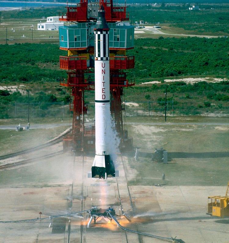 O lançamento do foguete Mercury-Redstone que levou Alan Shepard ao espaço em 5 de maio de 1961