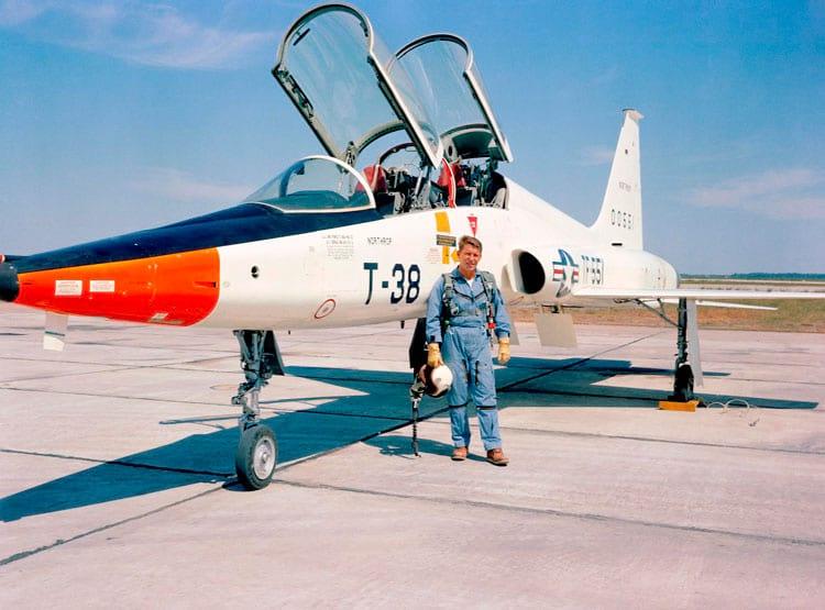 O astronauta Walter M. Schirra está de pé ao lado de um T-38 em 1963