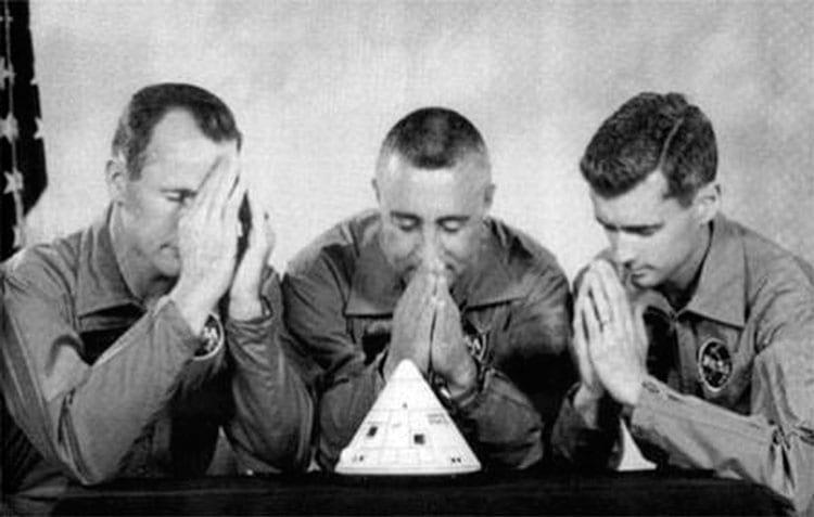 """Em agosto de 1966, a tripulação da Apollo 1 manifestou sua preocupação com os problemas de sua nave espacial ao tirar esta foto de """"oração"""" e depois dar a Joe Shea, gerente do escritório do Programa Apollo"""