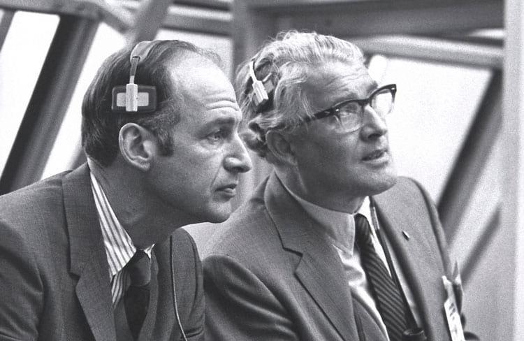 O gerente do programa da cápsula Apollo, George M. Low, à esquerda e o designer de foguete Wernher von Braun