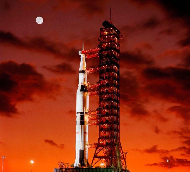 Vista do início da manhã de Pad A, Launch Complex 39, Kennedy Space Center, mostrando o Apollo 4 antes do seu lançamento