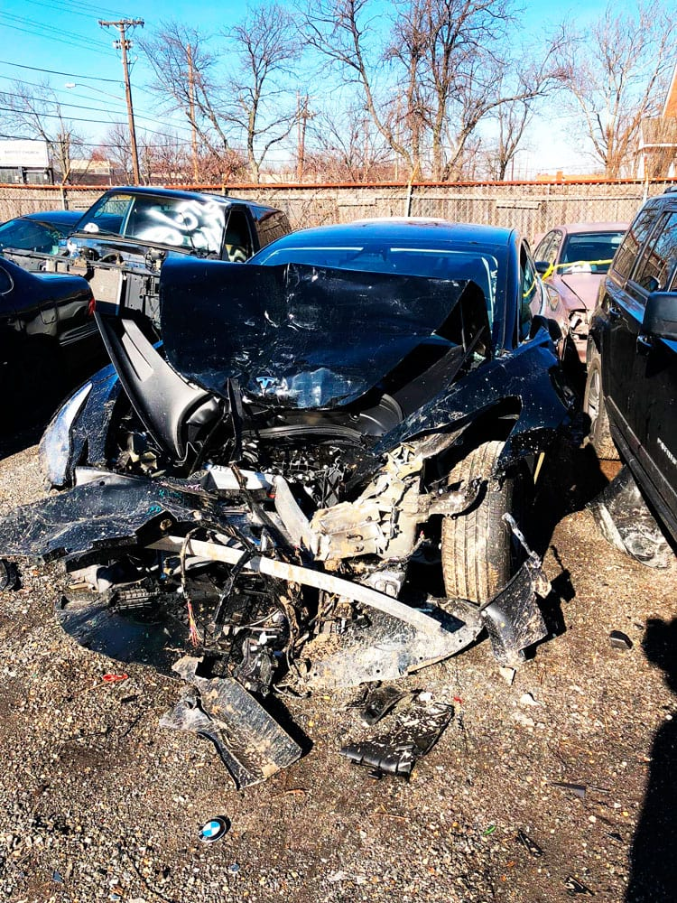 Model 3 irreconhecível após a colisão