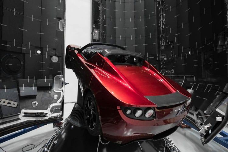 Tesla Roadster posicionado no compartimento que o transportaria ao espaço
