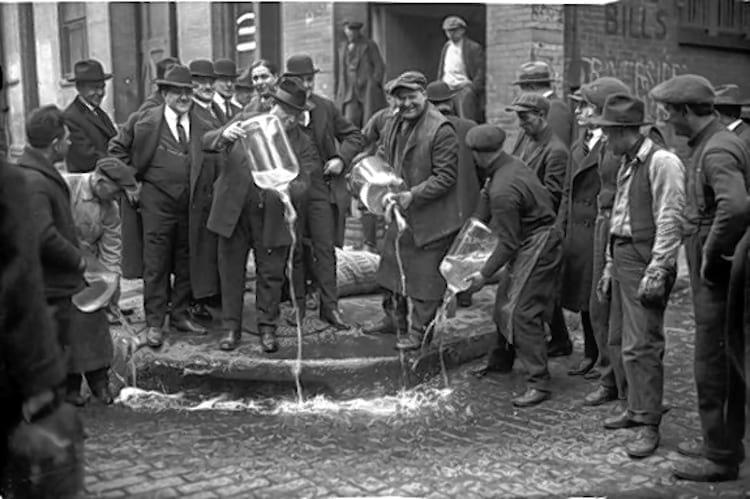 Fiscais jogam fora bebida alcoólica em Nova Iorque durante a proibição