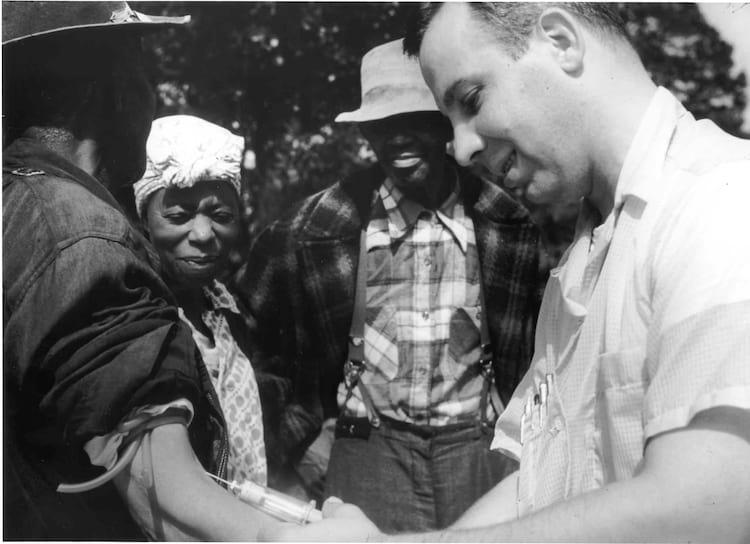 Médico tira sangue de um dos participantes do estudo