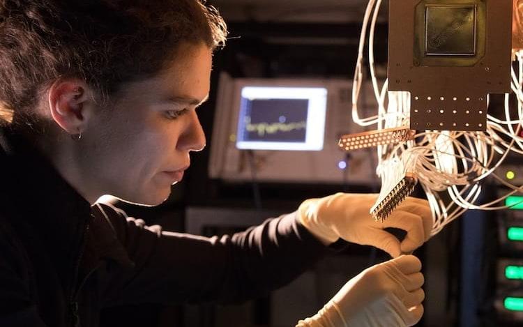 Google revela processador quântico Bristlecon, com 72 qubits.